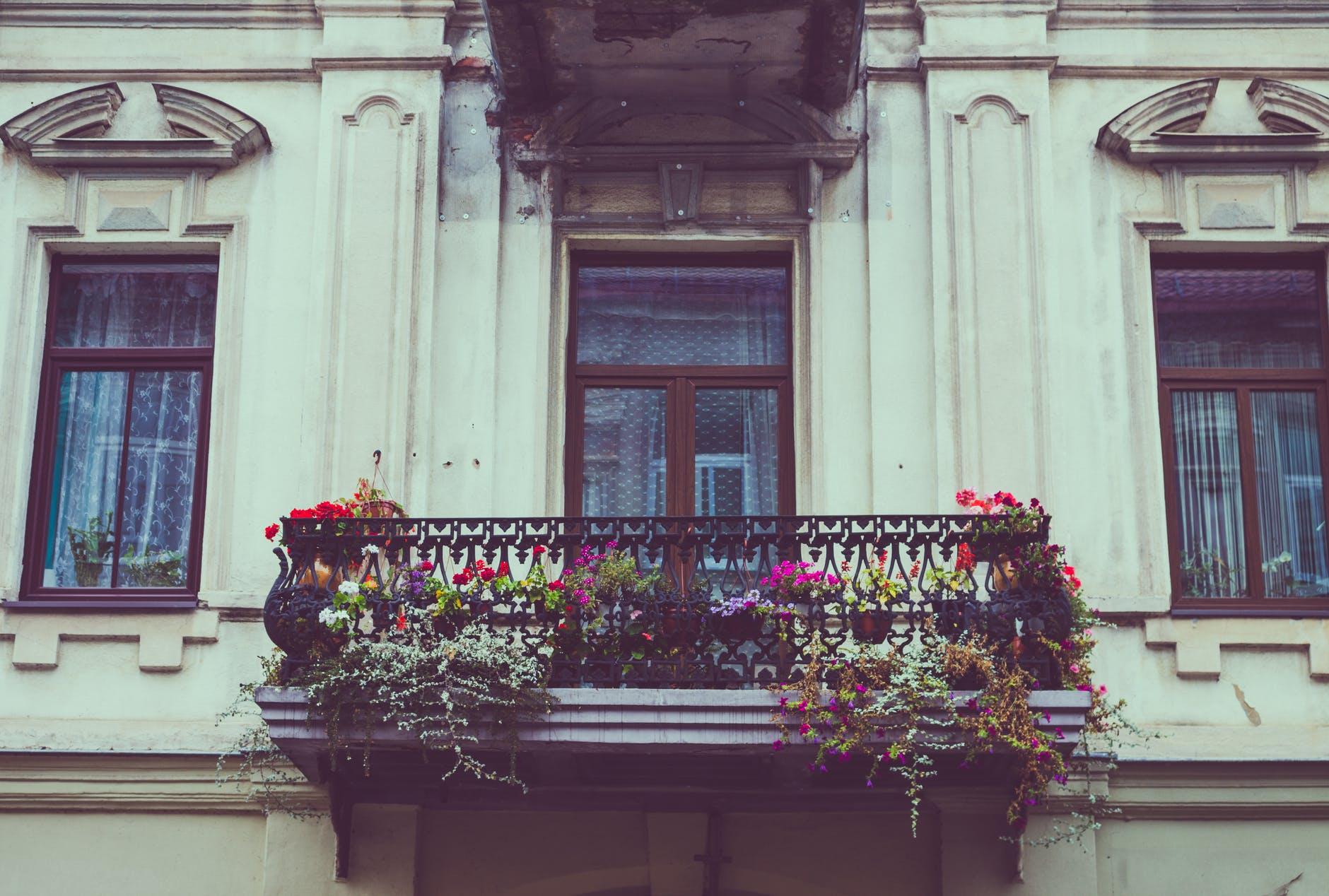 balkon ve městě