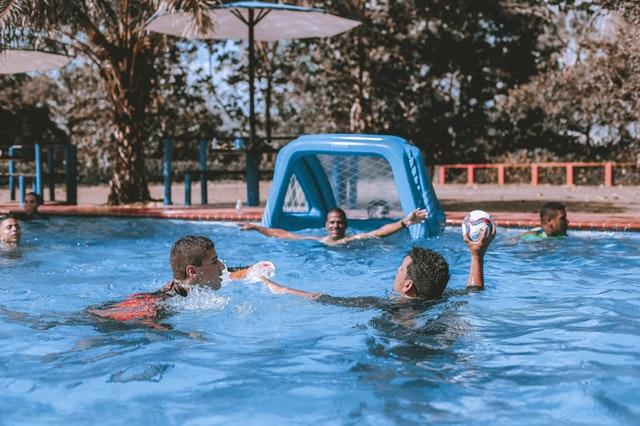 parta mladých lidí hraje vodní pólo