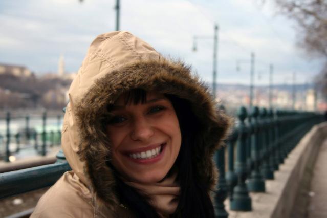 obrázek dívky na mostě