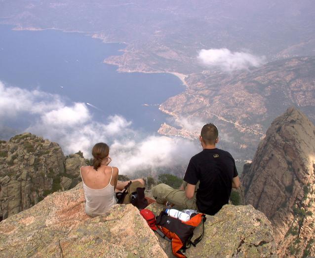 mladý pár na vrcholu hory