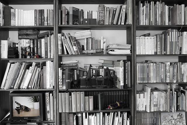 takhle ne – retro vybavení obýváku, chaotická knihovna