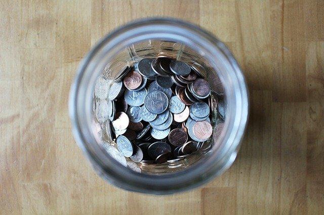 peníze ve sklenici
