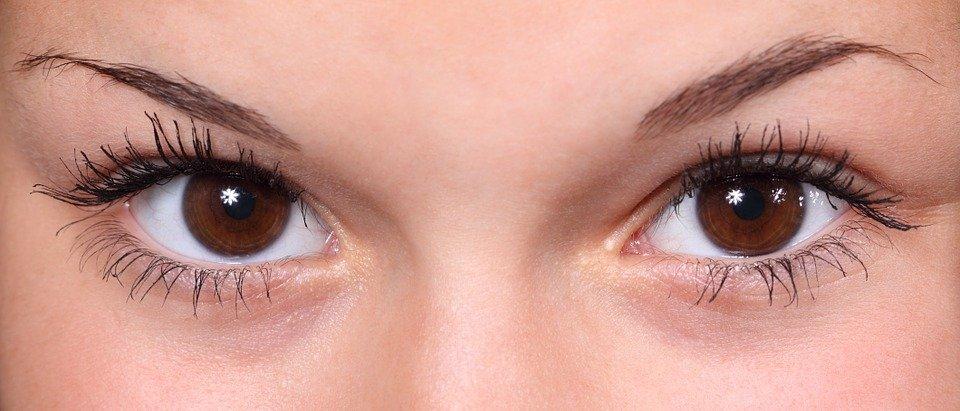 hnědé oči detail