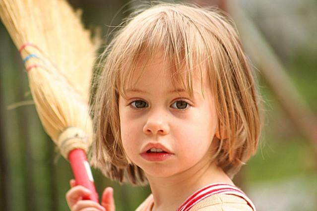 dítě s koštětem