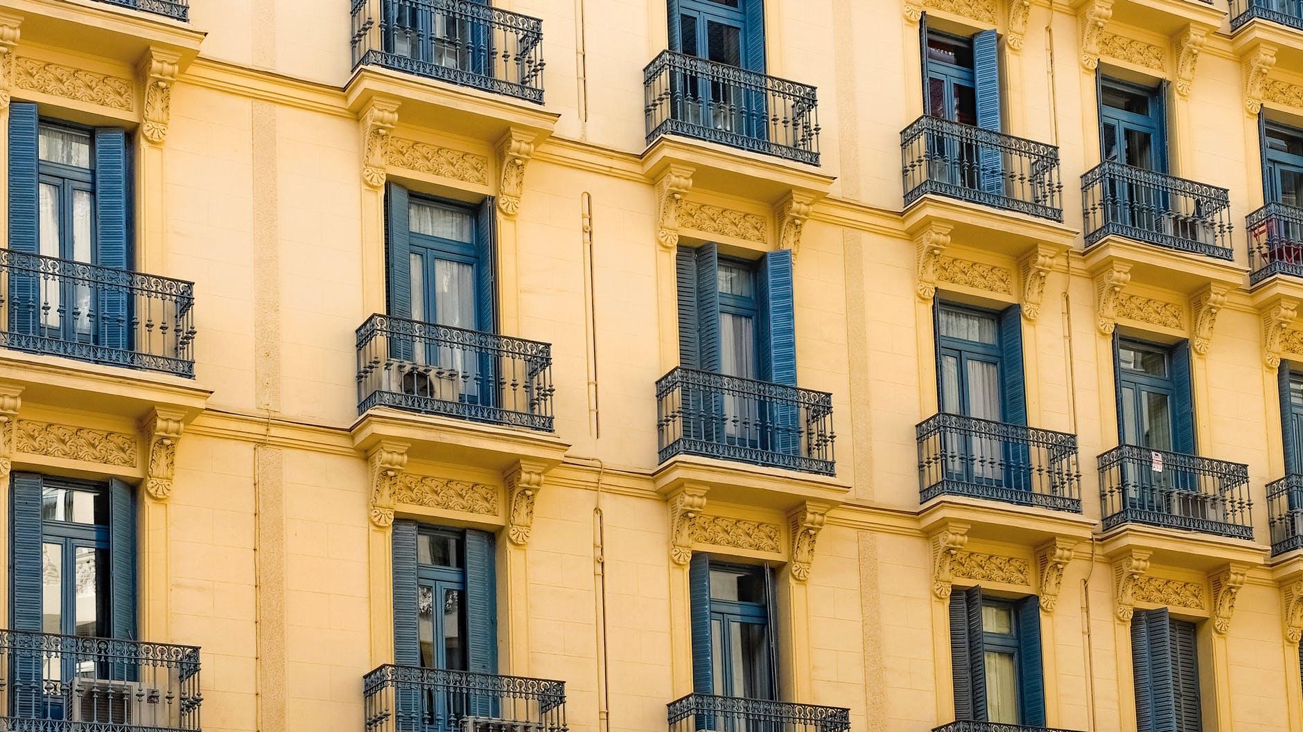 starší balkony